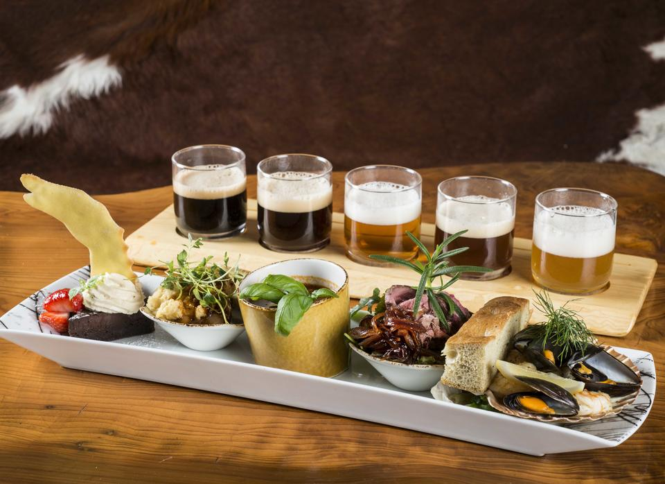 Vikingplanke med fem matrettar og tilhøyrande øl, som servert i bryggeripuben.