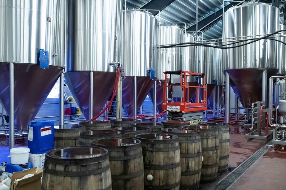 70hl og 105hl gjæringstankar i produksjonsbryggeriet. Eiketønnene foran er klar til ein ny tapping.